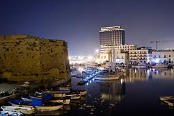 Vista del castello angioino dalal città vecchia di Gallipoli (LE), dietro le barche a vela del locale club nautico e il grattacielo.