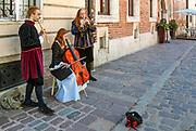 Uliczni muzycy, ulica Kanonicza w Krakowie, Polska <br /> Street musicians, Kanonicza Street in Cracow, Poland