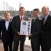 NLD/Huizen/20060607 - Overhandiging 1e kaartje South Sea Jazz 2006 aan burgemeester Frans Willem van Gils