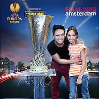 Nederland, Amsterdam , 9 mei 2013.<br /> De Europa Leaguebeker , oftewel UEFA beker was in de Sporthallen Zuid te bewonderen.<br /> Op de foto:Ramelan en Romy Sadjid.<br /> Foto:Jean-Pierre Jans