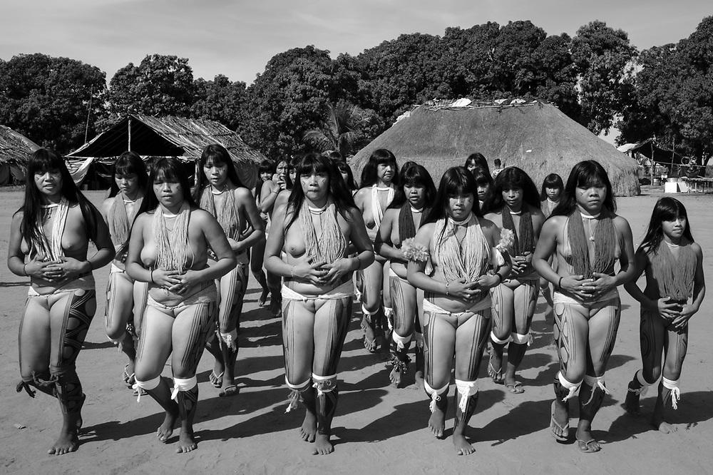 Dança ritual feminina. Aldeia Ipatse, etnia Kuikuro, Alto Xingu.