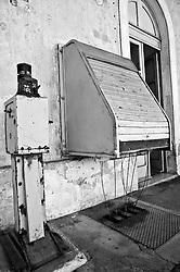 antico meccanismo azionato a mano che consentiva il movimento delle sbarre dei passaggi a livello mediante fili di acciaio e carrucole poste lungo i binari dalla stazione fino al passaggio a livello più vicino.  Reportage che analizza le situazioni che si incontrano durante un viaggio lungo le linee ferroviarie delle Ferrovie Sud Est nel Salento