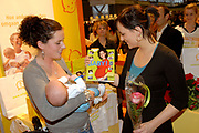 Boekpresentatie Baby van Aukje van Ginneken op de negenmaandenbeurs in de RAI , Amsterdam.<br /> <br /> op de foto:<br /> <br />   Aukje van Ginneken met haar zoon Fedde en Marieke van Gineken met haar zoon Catootje