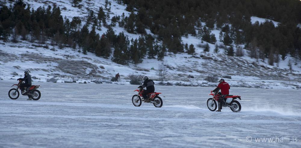 Vélhjólaakstur við Urriðavatn / Motorbikes driving on ice at Urridavatn