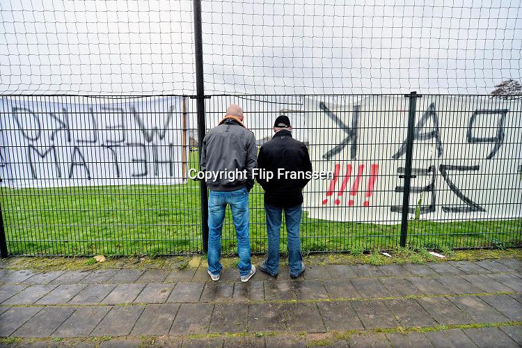 Nederland, Randwijk, 20-2-2016EMM Randwijk - Excelsior Zetten. streekderby in het zaterdagvoetbal bij de amateurs. Voorafgegaan door vuurwerk, rookpotten en spandoeken ophangen langs het veld.Foto: Flip Franssen