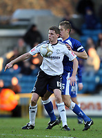 Fotball<br /> England<br /> Foto: Fotosports/Digitalsport<br /> NORWAY ONLY<br /> <br /> Millwall skipper Paul Robinson battles with Derby's Chris Porter<br /> F.A. Cup Third Round. Millwall v Derby County. 02.01.10