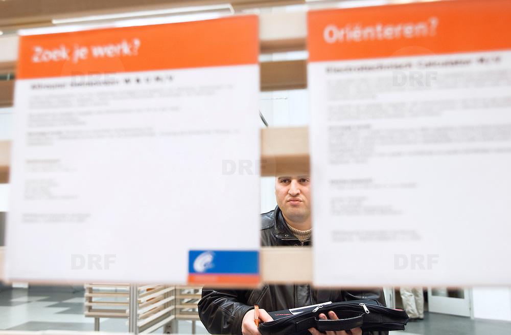 Nederland Rotterdam 26-03-2009 20090326 Foto: David Rozing ..Serie UWV, mannen bekijken vacatures, UWV Werkbedrijf lokatie Schiekade centrum Rotterdam, de vroegere arbeidsbureaus ( CWI UWV ) De werkloosheid in Nederland begint op te lopen. Dat blijkt uit de jongste cijfers die het Centraal Bureau voor de Statistiek (CBS) de oorzaak is de krediet crisis Holland, The Netherlands, dutch, Pays Bas, Europe  , allochtoon, allochtone, man, allochtonen, , economische, financien, financiele, krimp, krimpen, nederlandse, economy ..Foto: David Rozing