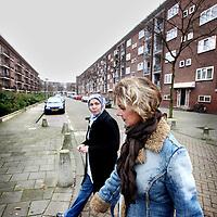 Nederland, Amsterdam , 12 november 2012..Wijkbeheerders Alime Kaya en Dineke Vogelzang  Rochdale tijdens een wandeling gecombineerd met inspectie en buurtbezoek in de kolenkitbuurt van Slotermeer..Foto:Jean-Pierre Jans