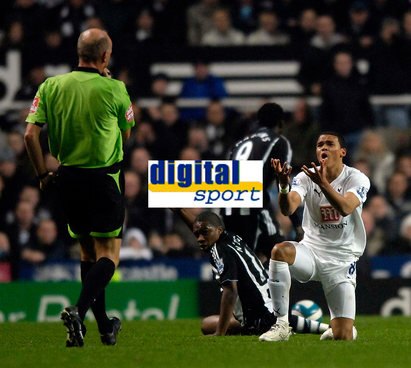 Photo: Jed Wee/Sportsbeat Images.<br /> Newcastle United v Tottenham Hotspur. The FA Barclays Premiership. 22/10/2007.<br /> <br /> Tottenham's Jermaine Jenas (R) pleads his innocence to referee Steve Bennett.