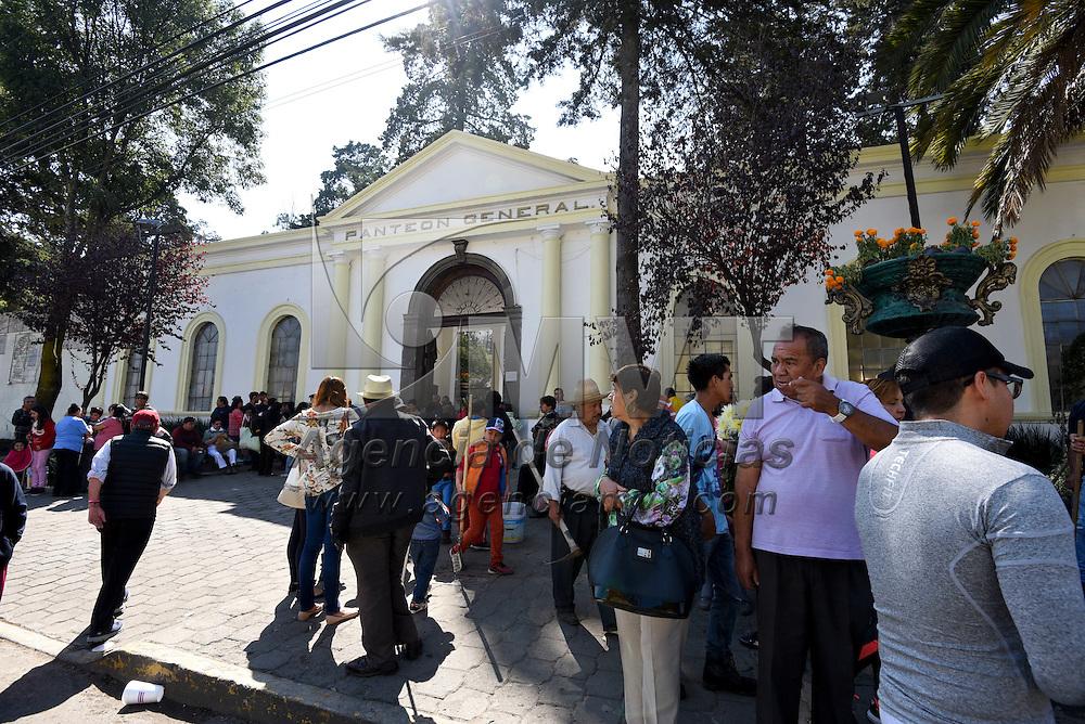 Toluca, México (Noviembre 02, 2016).- Familias acudieron a los panteones de Toluca a recordar a sus difuntos en el Día de Muertos, algunos alegraron su visita con un poco de música que en vida le gustaba a su familiar.  Agencia MVT / Crisanta Espinosa