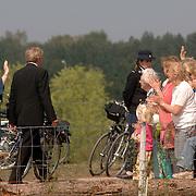 NLD/Hilversum/20060503 - HM de Koninging Beatrix opent de langste natuurbrug ter wereld : Natuurbrug Zanderij Crailo in Hilversum, Beatrix zwaaiend