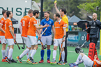 BLOEMENDAAL -  Thierry Brinkman (Bldaal) wordt geraakt door Floris de Ridder (Kampong), die die een een gele kaart een rode krijgt van Scheidsrechter Michiel Otten Floris Wortelboer (Bldaal) ,  Florian Fuchs (Bldaal) enRoel Bovendeert (Bldaal)  halen verhaal bij de Ridder.   . 2e Finale landskampioenschap hockey , Bloemendaal-Kampong (2-2). Bloemendaal wint na shoot-outs. en de titel  COPYRIGHT KOEN SUYK
