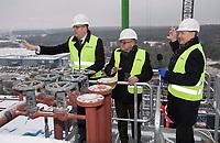 """20.11.2014 Bialystok W budowanej komunalnej spalarni smieci odbylo sie tradycyjne dla branzy energetycznej nadanie imienia """" Klemens """" glownemu elementowi kotla ( walczakowi ). Spalarnia jest jedna z najwiekszych inwestycji realizowanych w Bialymstoku z udzialem funduszy z UE. Ma byc oddana do uzytku w grudniu 2015 r. Budowa spalarni kosztuje 330 mln zl ( 210 mln zl pochodzi z UE ) N/z chrzest walczaka (L-P) Krystian Szczepanski z-ca prezesa NFOS Janusz Ostapiuk wiceminister w Ministerstwie Srodowiska fot Michal Kosc / AGENCJA WSCHOD"""