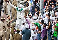 NEW DELHI -  Enthousiast publiek bij de hockeywedstrijd Engeland-India (3-2), bij het WK Hockey 2010 voor mannen in New Delhi.  Door dit verlies is India is het uitgeschakeld voor de hoofdprijzen maar het publiek bleef enthousiast.