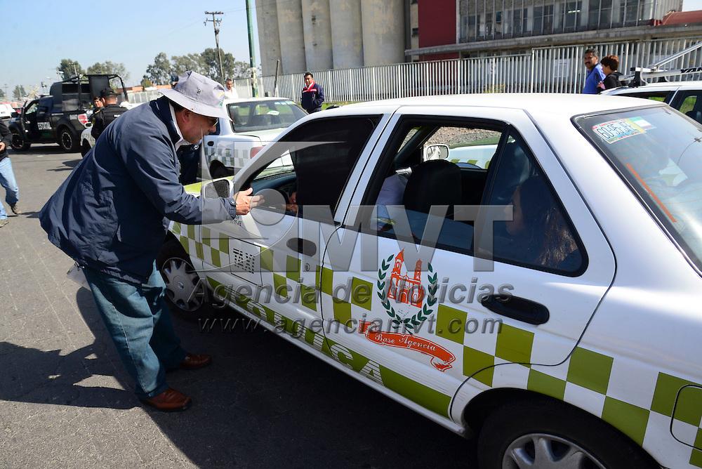Toluca, Méx.- Inspectores de la Secretaria de Movilidad apoyados por elementos de la CESC realizaron un operativo de revisión a taxis que circulan en la ciudad de Toluca, solicitándoles sus documentos y ver que cumplan con la cromática. Agencia MVT / Crisanta Espinosa