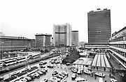 Duitsland, Essen, 10-12-1986Reportage, serie, over de sluiting van de laatste kolenmijn in het Ruhrgebeid, de zollvereein in Essen en het belang van nederlandse export en dagtoerisme, toerisme, aan dit gebied . Ook gerelateerd  als motor van de west duitse economie met staalindustrie, en grote steden als Essen, wuppertal met de schwebebahn, duisburg,dusseldorf en keulen . De Zeche Zollverein. Eind 1986 stopte hier de kolenwinning.Woning naast het mijncomplex.Turkse kinderen spelen in de winterkou. In het Ruhrgebied zijn veel immigranten, gastarbeiders, allochtonen uit turkije gaan werken.Foto: Flip Franssen