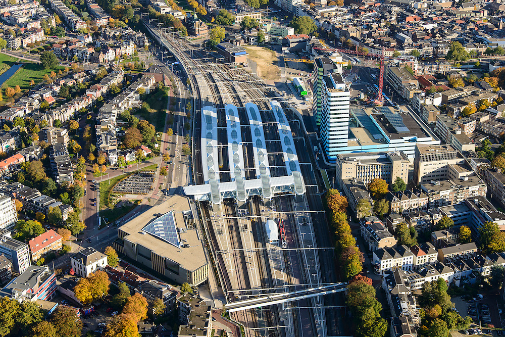 Nederland, Gelderland, Arnhem, 24-10-2013; centrum van de stad met station Arnhem Centraal met nieuwe stationshal, ontwerp UNStudio. Naast het station de kantoortorens van Essent en Arcadis.<br /> Central Station Arnhem with new  building.<br /> luchtfoto (toeslag op standaard tarieven);<br /> aerial photo (additional fee required);<br /> copyright foto/photo Siebe Swart.