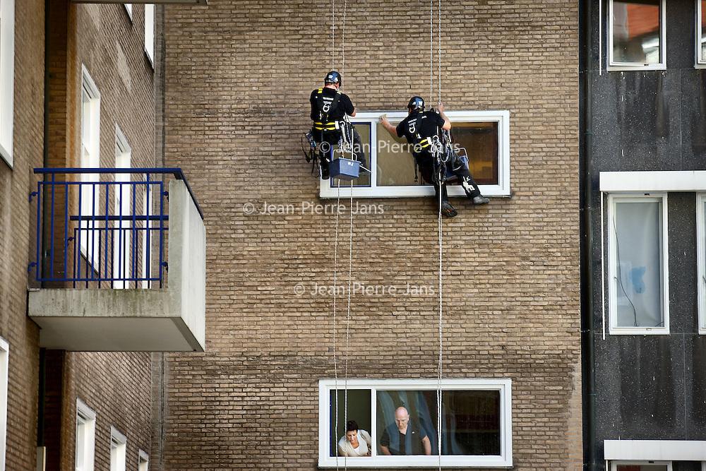 Nederland, 27 juni 2011 ,.Schilders die als abseilers hun schilderwerk moeten verrichten aan de kozijnen van het VUmc-gebouw aan de Boelelaan..Foto:Jean-Pierre Jans