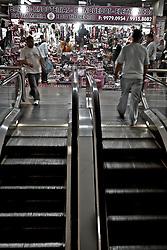 Caracterizado como um complexo de lojas populares, o Shopping do Porto apresenta em sua infraestrutura mais de 800 lojas no ramo de vestuário, acessórios e artigos eletrônicos, bem como praça de alimentação e serviços. O camelódromo conta ainda com terminais de ônibus para linhas urbanas e metropolitanas. FOTO: Lucas Uebel/Preview.com
