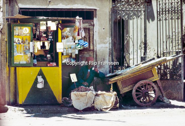 Egypte, Egypt, Asiut, 15-10-1980 Straatbeeld. Straatverkoper in zijn stalletje ..Foto: Flip Franssen