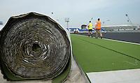 DEN HAAG - Van 31 mei tm 15 juni wordt in het Kyocera VoetbalStadion het WK hockey voor mannen en vrouwen gehouden. Ook wordt er gespeelt op een tweede kunstgrasveld ,dat momenteel naast het voetbalstadion  wordt aangelegd. Vandaag is men begonnen met het uitrollen van het kunstgras. COPYRIGHT KOEN SUYK