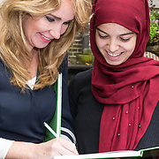 NLD/Baarn/20171010 - Laurentien aanwezig bij Dag van de Duurzaamheid, Helga van Leur signeert een boek