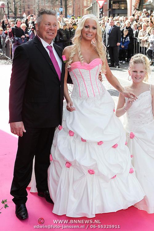 NLD/Den Haag/20120401 - Huwelijk Barbie en Michael van der Plas, Barbie met haar vader Ron de Jong