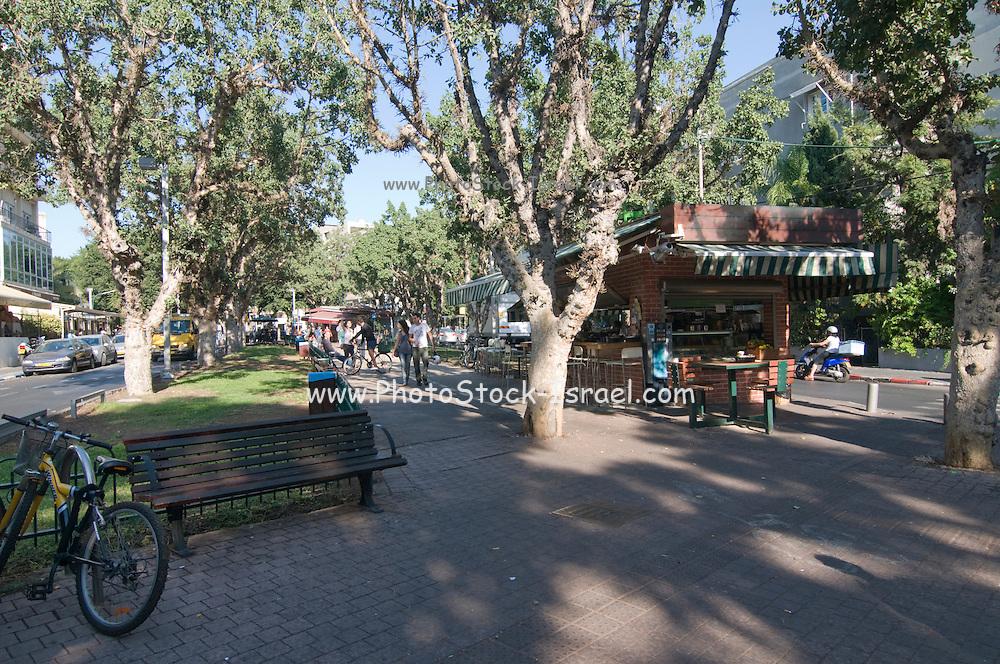 Israel, Tel Aviv, Rothschild Boulevard, People in an outdoor cafe
