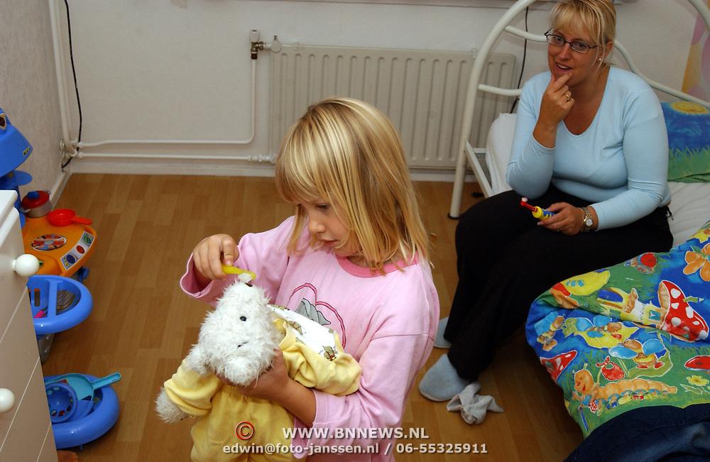 Diana Janssen met Flip op bezoek, kind met beer, tanden poetsen, pyjama
