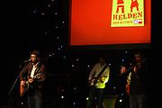 """SÄNGER GREGOR MEYLE UND BAND BEI DER PREISVERLEIHUNG """"HELDEN DES ALLTAGS 2014"""" IN HAMBURG <br /> <br /> ZB DIG RM REDAKTIONELL FARBE QUERFORMAT STEHEND MUSIKER LIVE KONZERT"""