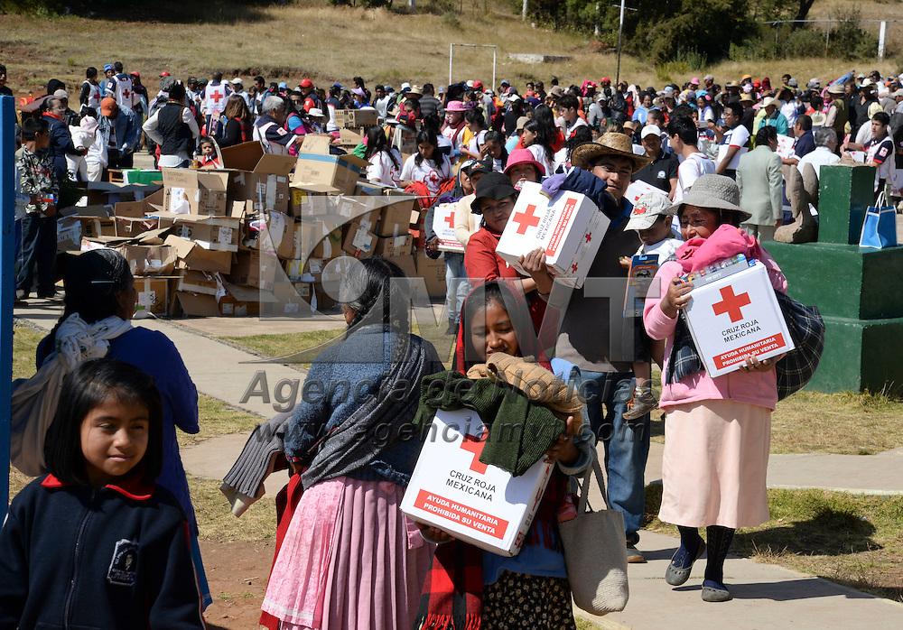 El Oro, México.- Personal de Cruz Roja Delegación Estado de México entrego apoyos a 800 familias de comunidades de la zona Mazahua de El Oro; juguetes, despensas y ropa abrigadora fueron repartidos entre la población, como parte del Programa Invernal 2014. Agencia MVT / Crisanta Espinosa