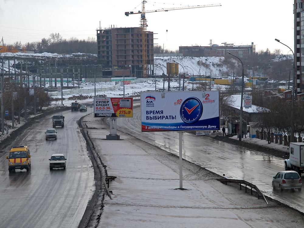 """Nowosibirsk/Russische Foederation, RUS, 19.11.07: Duma Wahlplakat der Putin Partei """"Einiges Russland"""" an der Stadtautobahn im Zentrum der sibirischen Hauptstadt Nowosibirsk.<br /> <br /> Novosibirsk/Russian Federation, RUS, 19.11.07: Duma election billboard for the Putin party """"United Russia"""" at the city highway in the center of the Siberian capital city Novosibirsk."""