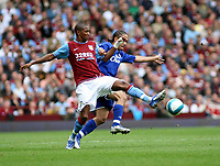 Photo: Mark Stephenson.<br /> Aston Villa v Everton. The FA Barclays Premiership. 23/09/2007.Villa's Ashley Young gets the better of Steven Pienaar