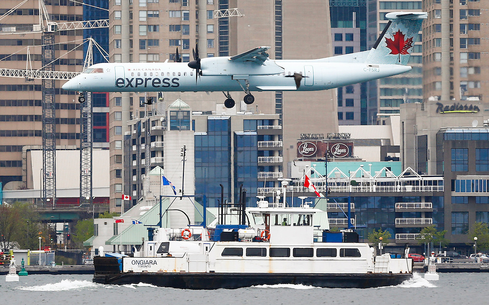 An Air Canada Express flight makes it descent over a boat to land at the Billy Bishop Toronto City Airport, also known as the Toronto Island Airport, in Toronto, May 12, 2015. Air Canada reported better-than-expected adjusted first-quarter earnings on Tuesday as fuel costs fell and other operating costs improved, and lowered its forecast for a key cost measure.    REUTERS/Mark Blinch