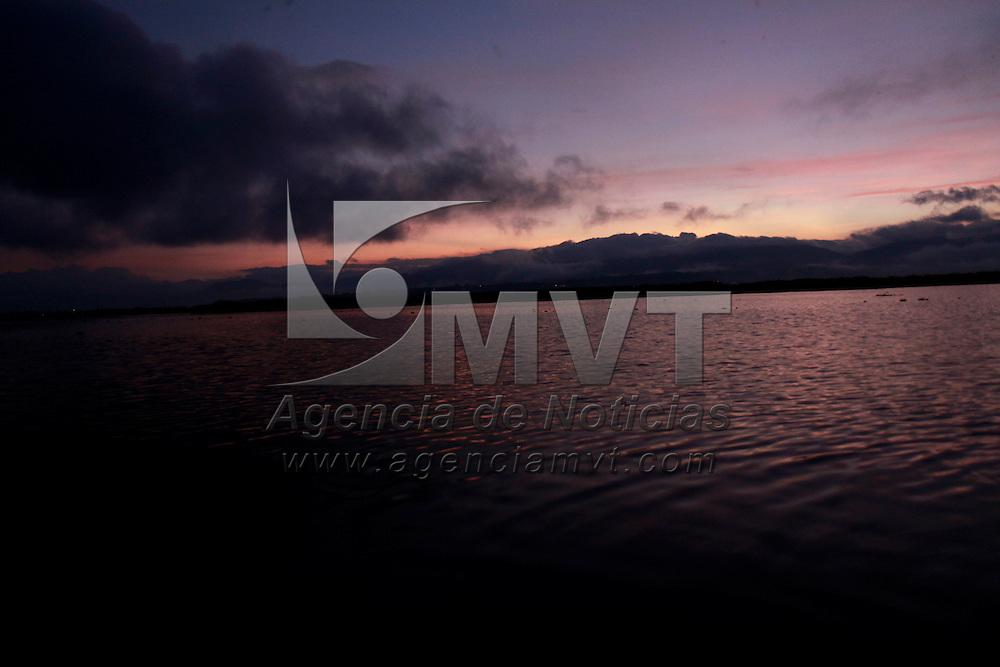 LERMA, México.- Pobladores de San Pedro Tultepec a muy temprano hora  salen a la Laguna de Chimaleapan para poder  pescar carpa, ajolotes, rana y cazar patos; es un lugar de sustento para los habitantes de este lugar, que se encuentran preocupados por la construcción de la pista Lerma-Tres Marías, que afectara algunas partes de la laguna. Agencia MVT / Crisanta Espinosa. (DIGITAL)