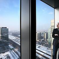 Nederland, Amsterdam , 7 januari 2010..directeur Evert Kersten van OSP waaronder restaurant La Place hier vanuit de 23ste verdieping van het ABN-Amro hoofdkantoor aan de Gustav Mahlerlaan met uitzicht op de Zuidas van Amsterdam..Foto:Jean-Pierre Jans