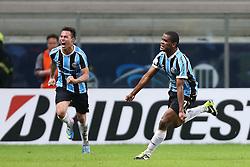 Vargas e Fernando Martins ( r ) comemoram seu gol contra o Santa Fé, da Colômbia, em partida válida pela Copa Libertadores da América 2013. FOTO: Jefferson Bernardes/Preview.com