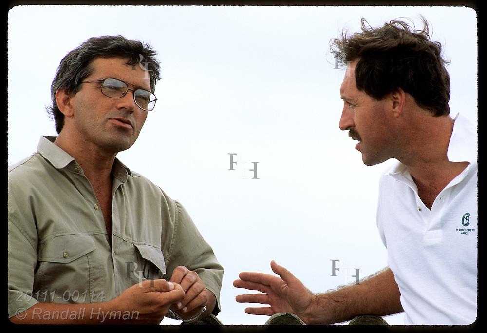 Monsanto agronomst, Victor Carrao, talks with foreman Rubimar dos Santos Leitzke; Granja Bretanhas Brazil