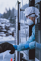 """12.02.2021, Jochberg, AUT, Coronaviruskrise, Tirol, im Bild ein Soldat des Österreichischen Bundesheeres Coronavirus Testteams in Schutzkleidung. Seit Mitternacht wird bei der Ausreise aus Tirol kontrolliert, um die Weiterverbreitung der """"südafrikanischen Virusvariante B1.151"""" zu verhindern // a soldier of the Austrian Army Coronavirus Test Team in protective clothing at the Pass Thurn. Since midnight, there have been checks when leaving Tyrol to prevent the further spread of the """"South African virus mutation B1.151"""", Jochberg, Austria on 2021/02/12. EXPA Pictures © 2021, PhotoCredit: EXPA/ JFK"""