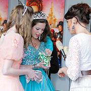 NLD/Hoofddorp/20120421 - Premiere Sneeuwwitje, Robin Martens laat zien wat er in haar tasje zit