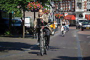 In Utrecht rijden fietsers door de binnenstad.<br /> <br /> Cyclists in the historical center of Utrecht.