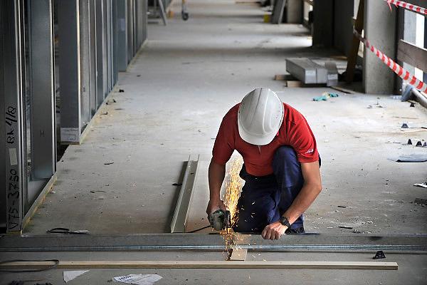 Nederland, Nijmegen, 19-6-2009Bouwvakkers bezig met het slijpenvan alluminium prfielen op een bouwplaats in de stad.Foto: Flip Franssen/Hollandse Hoogte