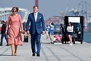 Staatsbezoek van Koning Willem Alexander en Koningin Máxima, aan de Portugese Republiek.<br /> <br /> Statevisit of King Willem Alexander and Queen Maxima to the republic of Portugal<br /> <br /> Op de foto / On the photo: Koning Willem-Alexander en koningin Maxima poseren voor een fotomoment aan de Taag in Lissabon met op de achtergrond de Ponte 25 de Abril //// King Willem-Alexander and Queen Maxima posing for a photo moment at the Tagus in Lisbon with in the background the Ponte 25 de Abril
