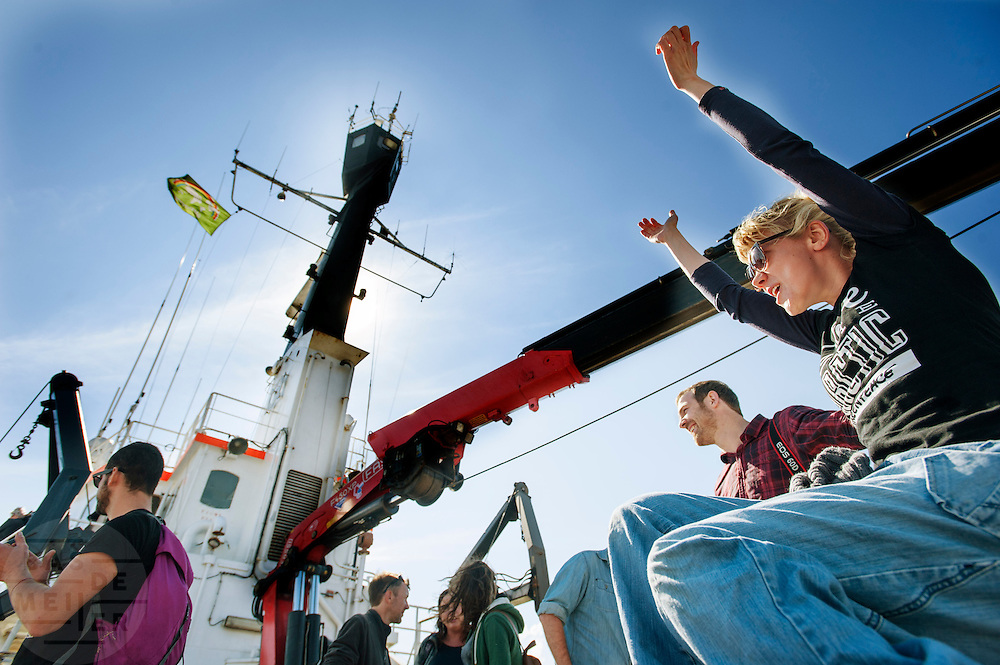 Actievoerder Sini Saarela juicht als de Arctic Sunrise aankomt in Amsterdam. In IJmuiden is de Arctic Sunrise, het schip van milieuorganisatie Greenpeace dat een jaar door Rusland in beslag is genomen, aangekomen. De voormalige ijsbreker wordt in Amsterdam uit het water gehaald en opgeknapt omdat het gehavend is geraakt toen het aan de ankers lag. De boot van de milieuorganisatie is september 2013 door de Russen geënterd en de bemanningsleden vastgezet op verdenking van piraterij. Greenpeace voerde actie bij een boorplatform in de Barentszzee. Als het schip weer is gerepareerd, wil de milieubeweging weer campagnes houden met de Artic Sunrise.<br /> <br /> In IJmuiden, the Arctic Sunrise, the Greenpeace ship that a year ago is seized by Russia, arrived. The former ice breaker is removed from the water in Amsterdam and refurbished since it was damaged when it was up to the anchors. The boat of the environmental organization is boarded in September 2013 by the Russians and the crew put down on suspicion of piracy. Greenpeace campaigned on a drilling platform in the Barents Sea. If the ship is repaired, the environmental movement wants to use the Arctic Sunrise again for campaigning.