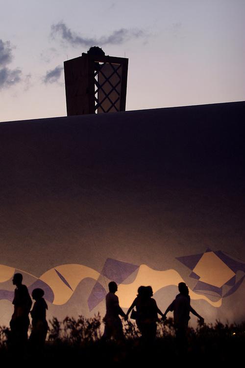 Belo Horizonte_MG, Brasil...Turistas visitando a Igreja Sao Francisco de Assis na Pampulha a noite...The tourists visiting the Sao Francisco church in the Pampulha at night...Foto: LEO DRUMOND / NITRO