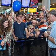 NLD/Amsterdam/20190519 - Songfestival winnaar 2019  vlaggetjes worden uiygedeeldDuncan Lawrance komt aan op Schiphol,