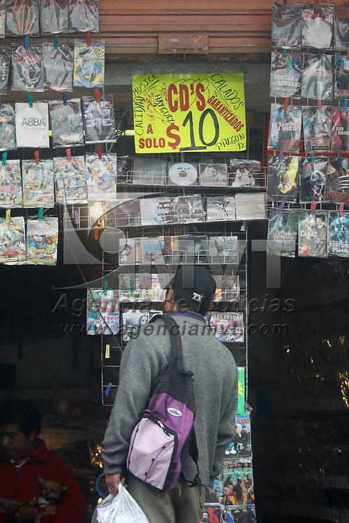 Toluca, México.- Los lugares en donde se vende piratería en la ciudad van en aumento, música, programas de computadora, películas son algunos de los productos que se pueden encontrar a muy por debajo del precio de un producto original, y que muchas personas no pueden pagar y buscan algo más económico. Agencia MVT / Crisanta Espinosa