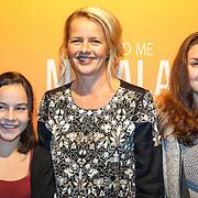 NLD/Hilversum/20151101 - Prinses Mabel aanwezig bij de Premiere He Named Me Malala, Prinses Mabel met een aantal leerlingen