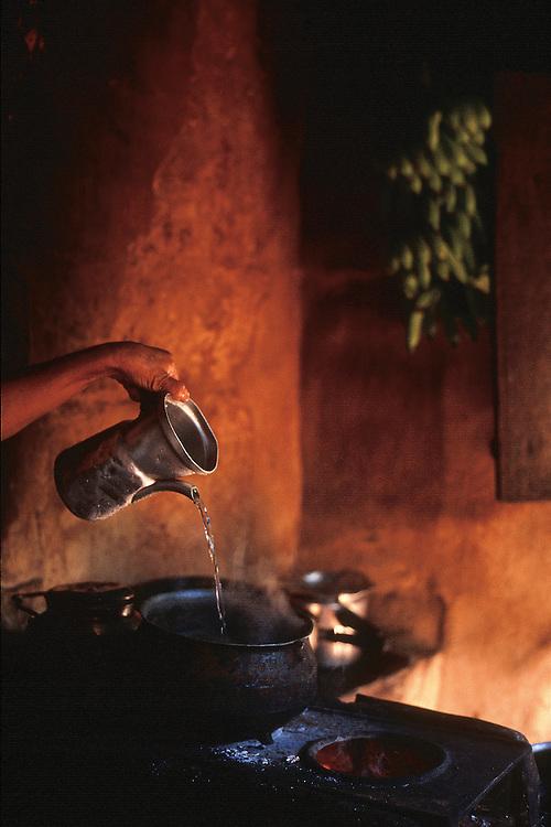 Leme do Prado_MG, Brasil...Detalhe da mao fazendo cafe em uma casa no Vale do Jequitinhonha...Detail of the hand doing ..FOTO: JOAO MARCOS ROSA /  NITRO..