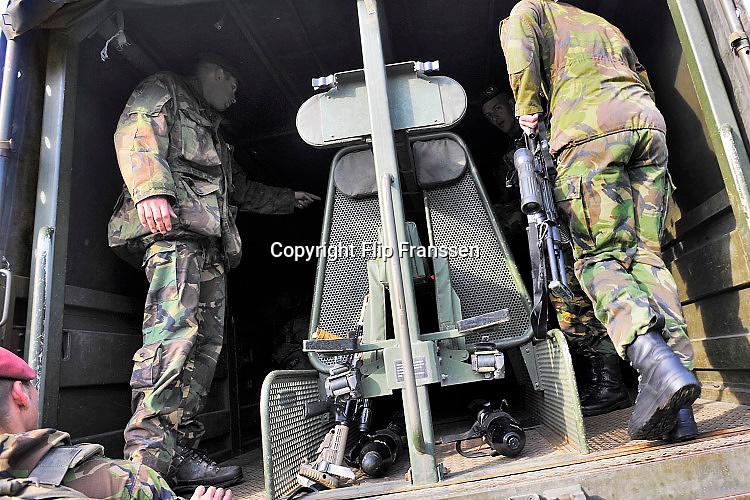 Nederland, Schaarsbergen, 6-9-2015Militaire maken zich op voor een oefening van defensie, landmacht, de krijgsmacht, leger, luchtmobiele brigade.Foto: Flip Franssen